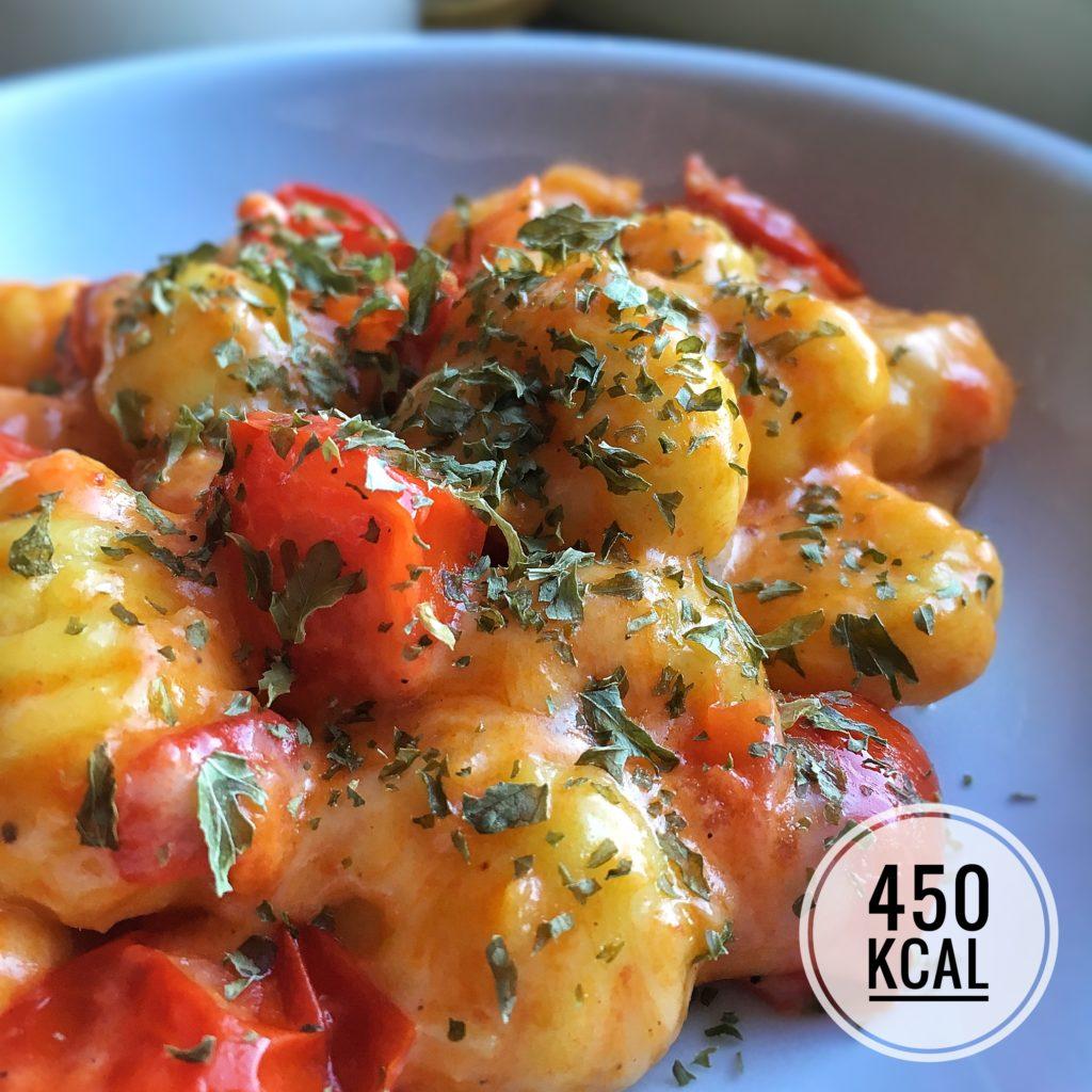 Gnocchi mit geschmolzenen Tomaten und Emmentaler. Dieses Rezept bringt euch das Käse-Glück, aromatisch und so saftig! Mit figurfreundlichen 450 kcal. - Kaloriengeniessen.de #gnocchi #käse #tomate #deftig #kaloriengeniessen