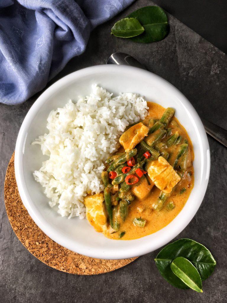 Panang Gai – Curry mit Erdnuss und Zitronenblatt. Dieses Rezept ist eine echte Geschmacksexplosion, super einfach und irre schnell. Kalorienreduziert. Abnehmen mit Genuss! – Kaloriengeniessen.de #panang #thailändisch #asiatisch #curry #kaloriengeniessen