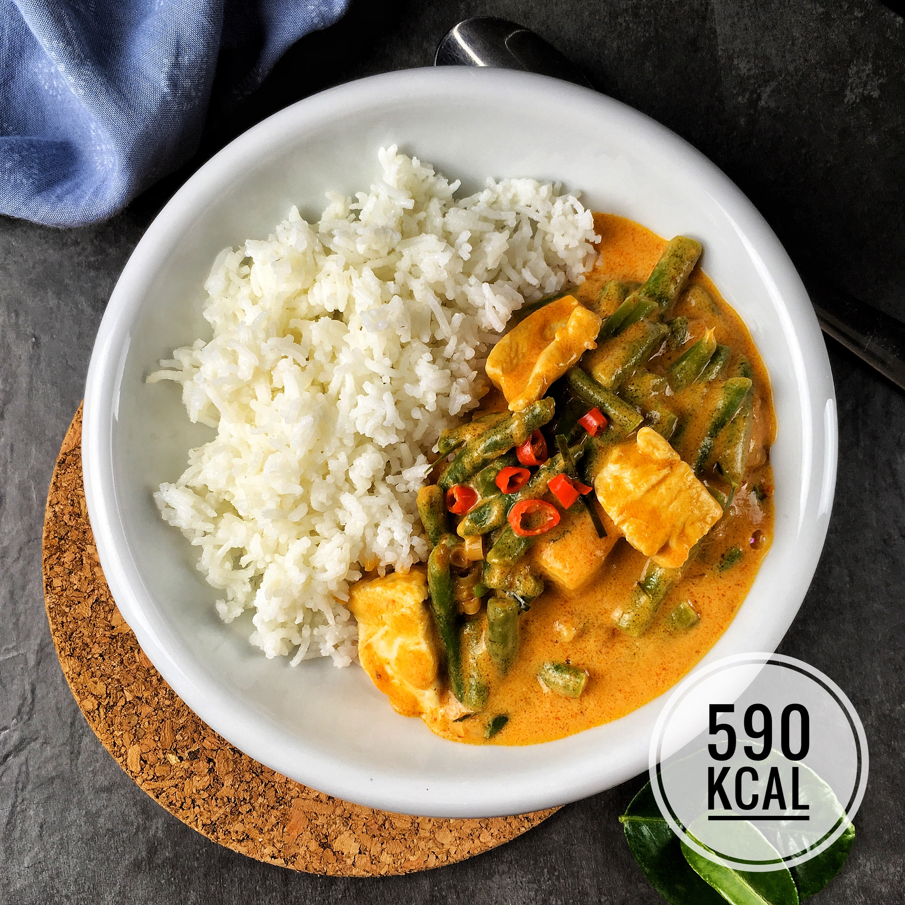 Panang Gai – Curry-Traum mit Erdnuss und Zitronenblatt. Dieses Rezept ist eine echte Geschmacksexplosion, super einfach und irre schnell. Kalorienreduziert. Abnehmen mit Genuss! – Kaloriengeniessen.de #panang #thailändisch #asiatisch #curry #kaloriengeniessen