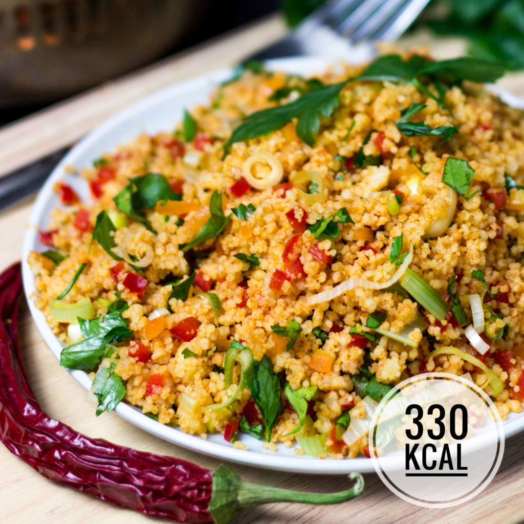 Super einfacher und kalorienarmer Couscous-Salat. Minimalistisch, würzig und sättigt gut, ohne vollgestopft zu sein. Perfekt als Party-Essen. - kaloriengeniessen.de #couscous # vegetarisch #diät #kaloriengeniessen