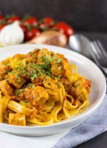 Pasta mit Wildlachs. Wie beim Italienier, aber nur halb so viele Kalorien. Lecker und kalorienarm. Schnelle Rezepte zum Abnehmen. kaloriengeniessen.de #pasta #lachs #salmon #kalorienarm #kaloriengeniessen