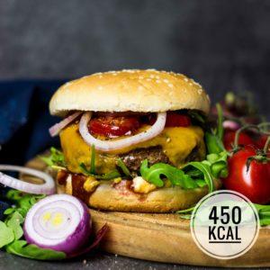 Kalorienarmer Burger mit Tatar, Cheddar und Rucola. Macht richtig satt, liefert viel Eiweiss und hat nur 450 kcal! - kaloriengeniessen.de #kalorienarm #fettarm #highprotein #burger #cheeseburger #tatar #beef #kaloriengeniessen