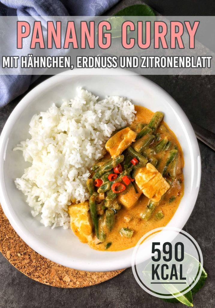 Panang Gai ist super saftiges Hähnchenfleisch und knackige grüne Bohnen, gekocht in einer unglaublich aromatischen und leicht süßlich-scharfen Sauce aus Panang Curry, Erdnuss-Sauce und Zitronenblatt. Geschmacksexplosion garantiert! - kaloriengeniessen.de #thai #soulfood #panang #hähnchen #kaloriengeniessen