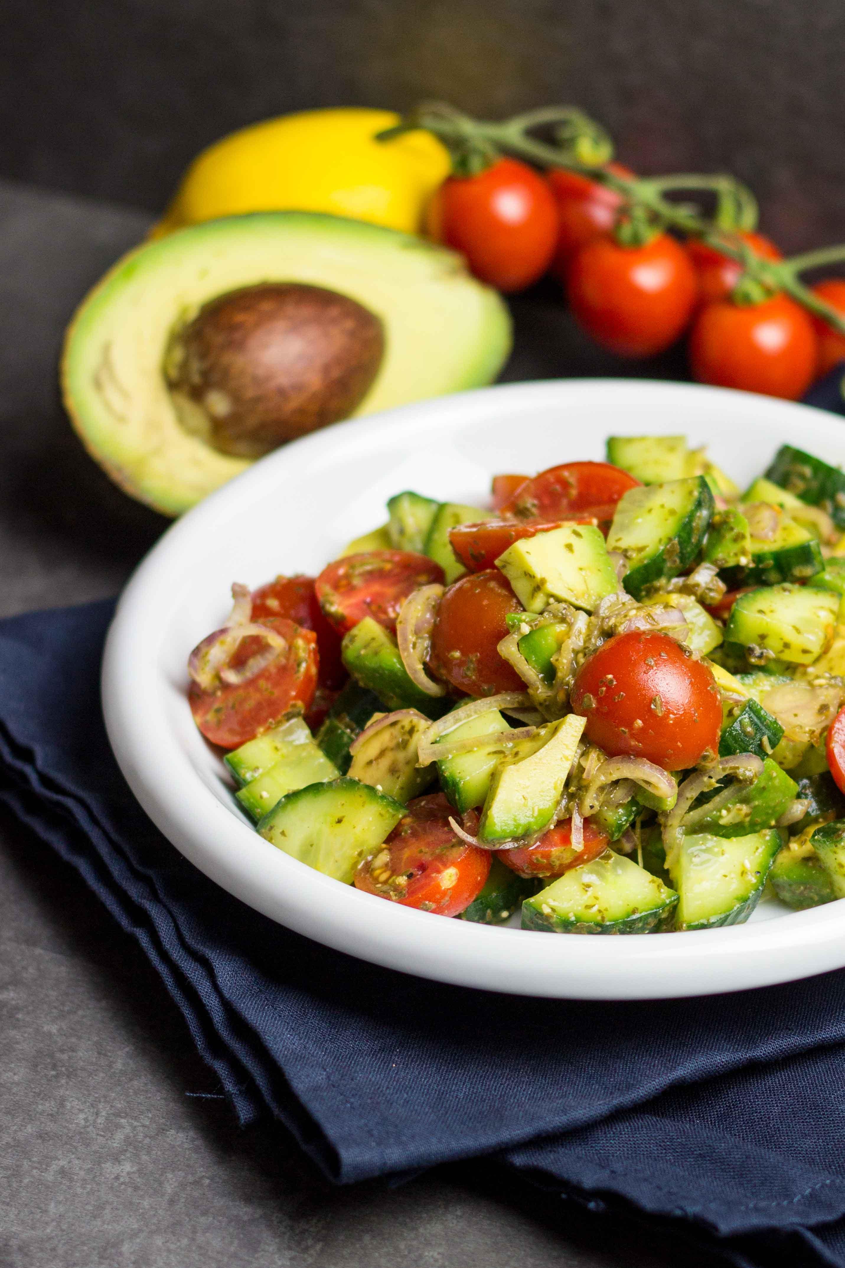 Kalorienarmer Avocado-Salat zum Abnehmen, der richtig satt macht. Voller guter Zutaten und schnell ohne Dressing gemacht. Schnelle Rezepte zum Abnehmen. - kaloriengeniessen.de #avocado #salat #bowl #kalorienarm #satt #kaloriengeniessen #rezeptezumabnehmen