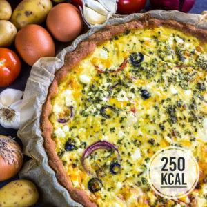 Vegetarische Bauern-Quiche mit viel leckerem Gemüse: Kartoffeln, Oloven, Tomaten und Zwiebeln. Würzig durch Feta und Bergkäse. Kalorienarmer Quark-Öl-Teig. Ohne Mürbeteig. Kalorienarmes Essen. Gesundes und kalorienarmes Kochen. Schnelle und einfache Rezepte zum Abnehmen. - kaloriengeniessen.de #quiche #vegetarisch #kalorienarm #kartoffeln #bauernquiche #feta #gesund #oliven #kalorienarmerezepte #kaloriengeniessen #rezeptezumabnehmen