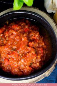 Pikante Tomaten-Basilikum-Salsa mit wenig Kalorien für Nachos, Wraps, Burger oder zum Dippen mit Rohkost. Einfach und schnell gemacht. Kalorienarmes Kochen. Schnelle Rezepte zum Abnehmen. - kaloriengeniessen.de #salsa #tomaten #wrap #dip #schnellundeinfach #kaloriengeniessen #rezeptezumabnehmen