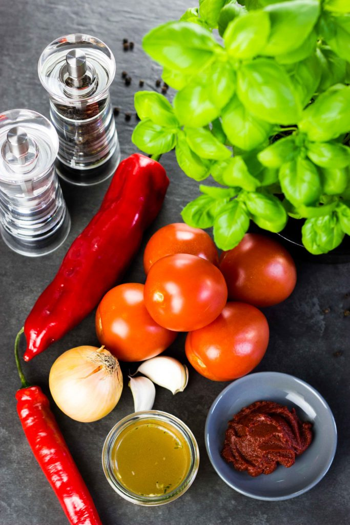 Pikante Tomaten-Basilikum-Salsa mit wenig Kalorien für Nachos, Wraps oder zum Dippen mit Rohkost. Einfach und schnell gemacht. Kalorienarmes Kochen. Schnelle Rezepte zum Abnehmen. - kaloriengeniessen.de #salsa #tomaten #wrap #dip #schnellundeinfach #kaloriengeniessen #rezeptezumabnehmen