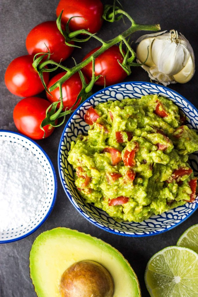 Die schnellste und einfachste Guacamole, die man machen kann. Frisch, viel Geschmack und in nur 5 Minuten fertig. Gesundes und kalorienarmes Kochen. Schnelle Rezepte zum Abnehmen. - kaloriengeniessen.de #guacamole #dip #avocado #tomaten #knoblauch #herzhaft #schnellundeinfach #kaloriengeniessen #rezeptezumabnehmen