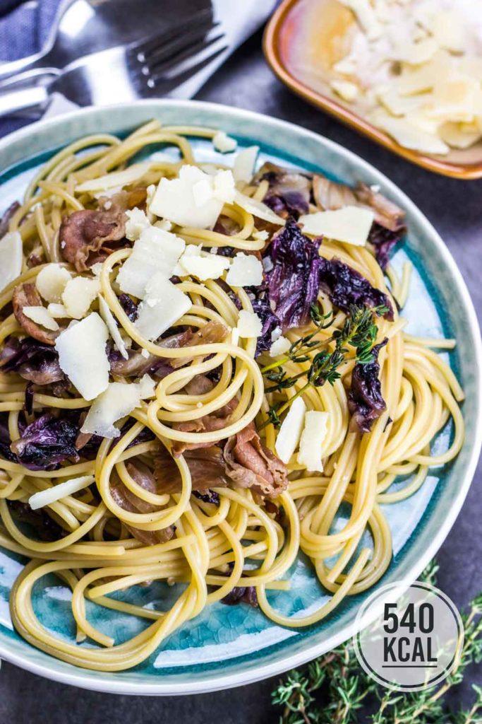 Pasta mit mild-bitterem Radicchio und würzigem Prosciutto. Raffiniert, außergewöhnlich und perfekt für Gäste. Einfaches und schnelles Rezept. Gesundes und kalorienarmes Kochen. Schnelle Rezepte zum Abnehmen. - kaloriengeniessen.de #pasta #radicchio #prosciutto #nudeln #spaghetti #mittagessen #abendessen #schnellundeinfach #kaloriengeniessen #rezeptezumabnehmen