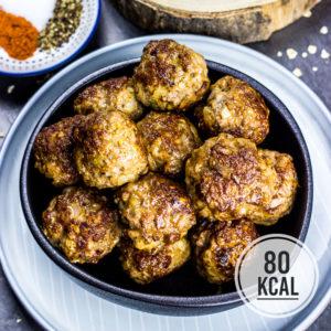 Lockere und saftige Mini-Frikadellen mit Haferflocken. Super einfach und perfekt als Snack, für Meal Prep oder als sättigende Beilage zum Salat. Pro Frikadelle nur 80 Kalorien. Kalorienarm Kochen. Schnelle Rezepte zum Abnehmen. - kaloriengeniessen.de #hackfleisch #frikadelle #meatballs #beilage #snack #mealprep #fingerfood #schnellundeinfach #kaloriengeniessen #rezeptezumabnehmen