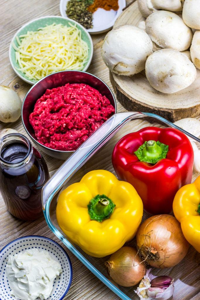 Low Carb Gefüllte Paprika mit Rinderhackfleisch, Champignons und Frischkäse. Cremige und saftige Füllung. Kalorienarmes Mittagessen. Kalorienarmes Abendessen. Gesundes und kalorienarmes Kochen. Schnelle und einfache Rezepte zum Abnehmen. - kaloriengeniessen.de #gefülltepaprika #hackfleisch #ofenrezept #kalorienarmerezepte #kaloriengeniessen #rezeptezumabnehmen