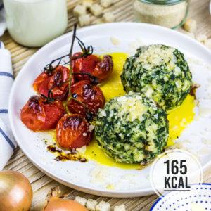 Das schmeckt nach Urlaub: Saftige und fluffige Spinatknödel wie in Südtirol. Mit Parmesan und Salbeibutter ein leckeres vegetarisches Gericht fürs Wochenende und für Gäste. Ein Spinatknödel hat 165 Kalorien - dazu kommen noch Parmesan und Butter. Kalorienarm Kochen. Schnelle und einfache Rezepte zum Abnehmen. - kaloriengeniessen.de #spinatknödel #vegetarisch #knödel #beilage #hauptgericht #spinat #beliebt #schnellundeinfach #kaloriengeniessen #rezeptezumabnehmen