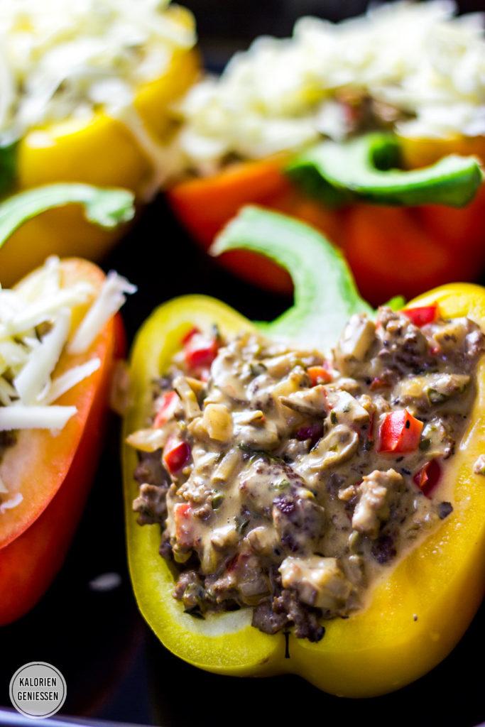 Kalorienarme Paprikaschoten mit einer deftigen Füllung aus Hackfleisch, Champignons und Frischkäse aus dem Backofen. Die gefüllten Paprika sind low carb und sättigen durch den hohen Eiweissanteil sehr gut. Überbacken mit viel Käse. Als Beilage passt ein grüner Salat oder etwas Reis. Gesundes und kalorienarmes Kochen. Einfache Rezepte zum Abnehmen. - kaloriengeniessen.de #paprika #gefüllt #rezept #hackfleisch #champignons #gesundkochen #gesund #einfach #kaloriengeniessen #rezeptezumabnehmen