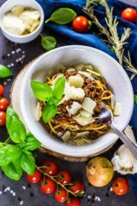 Schnelle und einfache Sauce Bolognese. Kalorienarm und fettarm. Kocht sich fast von allein. Kalorienarmes Kochen. Schnelle Rezepte zum Abnehmen. - kaloriengeniessen.de #bolognese #pasta #spaghetti #italian #schnellundeinfach #kaloriengeniessen #rezeptezumabnehmen