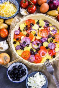 Schnelle und einfache Gemüse-Quiche. Kalorienarm und perfekt für Mittagessen und Abendessen während einer Diät. Kalorienarmes Kochen. Schnelle Rezepte zum Abnehmen. - kaloriengeniessen.de #quiche #vegetarisch #gemüse #käse #schnellundeinfach #kaloriengeniessen #rezeptezumabnehmen