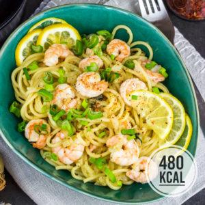 Kalorienarme Spaghetti mit Garnelen in einer frischen und leicht scharfen Zitronen-Parmesan-Sauce. Pasta unter 500 Kalorien. Als Alternative zu Garnelen passt auch Hähnchen sehr gut! Leckeres Pasta-Gericht für den Sommer. Einfach und lecker. Gesundes und kalorienarmes Kochen. Schnelle und einfache Rezepte zum Abnehmen. - kaloriengeniessen.de #pasta #einfach #spaghetti #garnelen #shrimps #kalorienarm #gesund #lemonpasta #zitrone #parmesan #kalorienarmerezepte #kaloriengeniessen #rezeptezumabnehmen