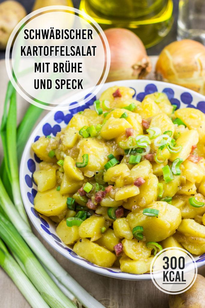 Einfacher schwäbischer Kartoffelsalat kalorienarm mit Brühe (oder Fond) und Speck. Schmeckt am nächsten Tag nochmal besser und ist die beste Beilage zum Schnitzel. Funktioniert am besten mit vorwiegend festkochenden Kartoffeln. Gesundes und kalorienarmes Kochen. Schnelle und einfache Rezepte zum Abnehmen. - kaloriengeniessen.de #kartoffelsalat #einfach #schwäbisch #brühe #fond #beilage #gesund #gutbürgerlicheküche #kalorienarmerezepte #kaloriengeniessen #rezeptezumabnehmen