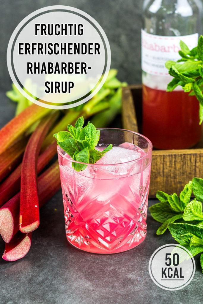 Einfaches Rezept für Rhabarber-Sirup kochen. Mit Booklet und Flaschen-Etiketten zum Ausdrucken. Rhabarber-Sirup kann als Schorle, zum Sekt und auf Eis und Desserts serviert werden. Mit Zucker und ohne künstliche Süßstoffe nur 50 Kalorien pro Portion. Einfach und lecker. Gesundes und kalorienarmes Kochen. Schnelle und einfache Rezepte zum Abnehmen. - kaloriengeniessen.de #rhabarber #rhabarbersirup #rhubarbsyrup #homemade #erfrischend #kalorienarm #gesund #kalorienarmerezepte #kaloriengeniessen #rezeptezumabnehmen