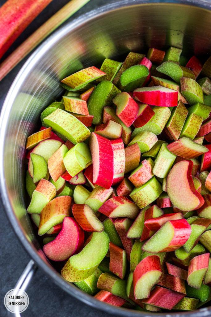 Einfaches Rezept für Rhabarber-Sirup kochen. Der Rhabarber wird ohne Schälen einfach klein geschnitten. Mit Booklet und Flaschen-Etiketten zum Ausdrucken. Rhabarber-Sirup kann als Schorle, zum Sekt und auf Eis und Desserts serviert werden. Mit Zucker und ohne künstliche Süßstoffe nur 50 Kalorien pro Portion. Einfach und lecker. Gesundes und kalorienarmes Kochen. Schnelle und einfache Rezepte zum Abnehmen. - kaloriengeniessen.de #rhabarber #rhabarbersirup #rhubarbsyrup #homemade #erfrischend #kalorienarm #gesund #kalorienarmerezepte #kaloriengeniessen #rezeptezumabnehmen