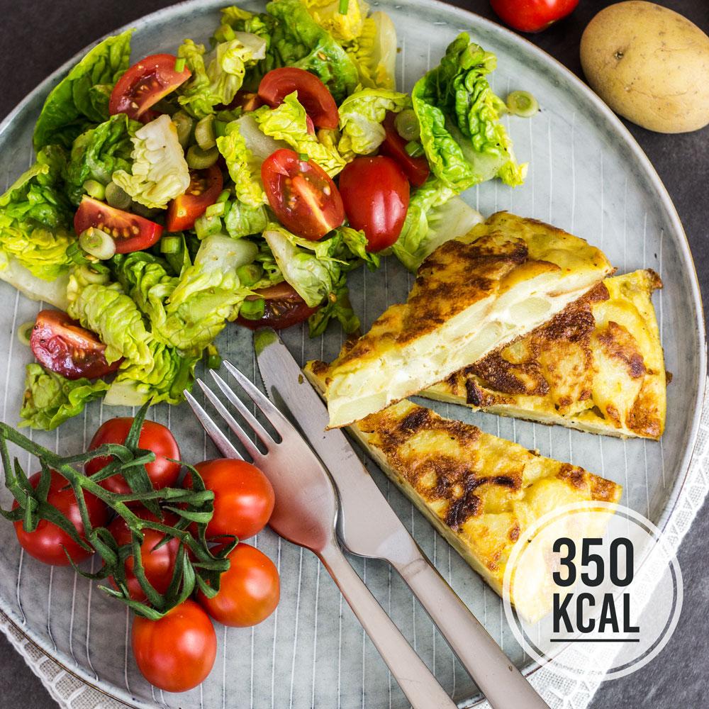 Kalorienarmes Omelette mit Kartoffeln: Spanische Tortilla das Grundrezept Spanisches Omelette einfach. Als Beilage passt ein frischer grüner Salat gut dazu. Die Tortilla schmeckt auch am nächsten Tag gut. Das übrige Öl einfach im Kühlschrank für die nächste Tortilla aufbewahren. Gesundes und kalorienarmes Kochen. Schnelle und einfache Rezepte zum Abnehmen. - kaloriengeniessen.de #tortilla #spanisch #omelette #grundrezept #machtsatt #mittagessen #kartoffeln #kalorienarm #gesund #kalorienarmerezepte #kaloriengeniessen #rezeptezumabnehmen