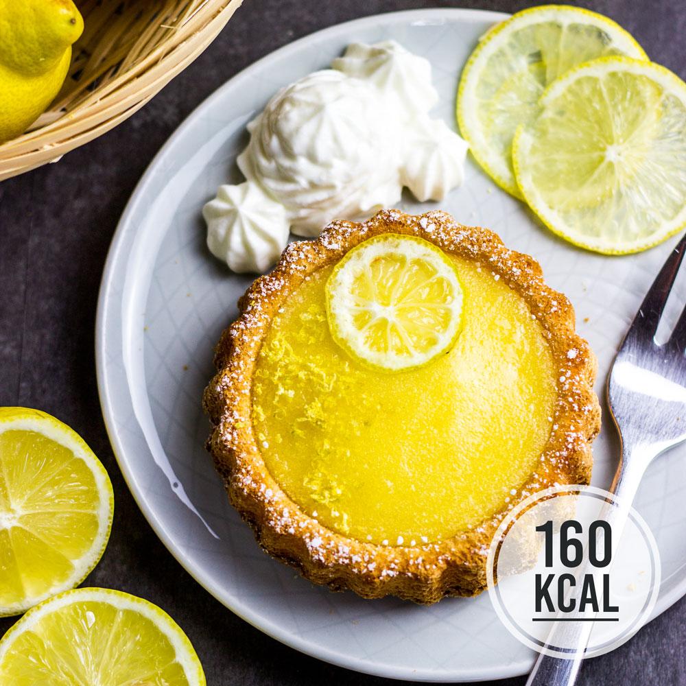 Zitronig frische Lemon Curd Tarts ohne Butter. Das perfekte Dessert für den Sommer mit Zitronen-Creme: Tarte au Citron - fettarm und kalorienarm. Die leichten Biskuit-Törtchen werden mit dem cremigen Zitronenpudding gefüllt, dazu passt aufgeschlagener griechischer Joghurt (0,2 % Fett) als Sahneersatz. Pro Zitronen-Tarte nur 160 Kalorien. Gesundes und kalorienarmes Backen. Schnelle und einfache Rezepte zum Abnehmen. - kaloriengeniessen.de #tarteaucitron #lemoncurd #Zitronencreme #Torteletts #englisch #dessert #sommer #zitrone # biskuit #Tarts #kalorienarm #gesund #kalorienarmerezepte #kaloriengeniessen #rezeptezumabnehmen