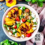 Sommerlicher Pfirsich-Salat mit Mozzarella, Pinienkernen und Honig-Balsamico-Dressing (viel Eiweiss!)