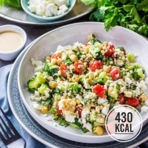 Bunter Bulgur-Salat mit viel Gemüse (Tomaten, Gurke, Kichererbsen), Feta, Minze und einem orientalischem Sesam-Dressing. Der Bulgur-Salat lässt sich für unterwegs mitnehmen und ist gut für Meal-Prep geeignet. Vegetarisches und einfaches Rezept für Bulgur-Salat hat sehr viel Eiweiss, wenig Kalorien und macht lange satt. Gesundes und kalorienarmes Kochen. Einfache Rezepte zum Abnehmen. - kaloriengeniessen.de #bulgur #salat #minze #kichererbsen #feta #mittagessen #gesund #dressing #kaloriengeniessen #rezeptezumabnehmen