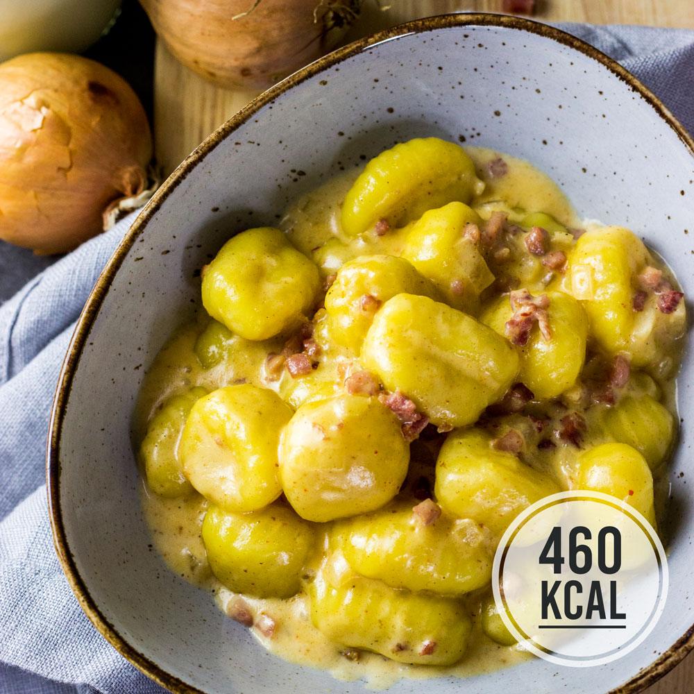 Cremige Gnocchi in einer Sahne-Sauce mit Speck und Zwiebeln. Die Gnocchi-Sauce ist mit Milch und Sahne kalorienärmer und fettärmer als eine reine Sahne-Sauce. Sehr einfach und schnell in 15 Minuten fertig - kalorienarme Feierabendküche. Gesundes und kalorienarmes Kochen. Schnelle Rezepte zum Abnehmen. - kaloriengeniessen.de #gnocchi #sahne #speck #zwiebel #cremig #mittagessen #abendessen #schnellundeinfach #kaloriengeniessen #rezeptezumabnehmen