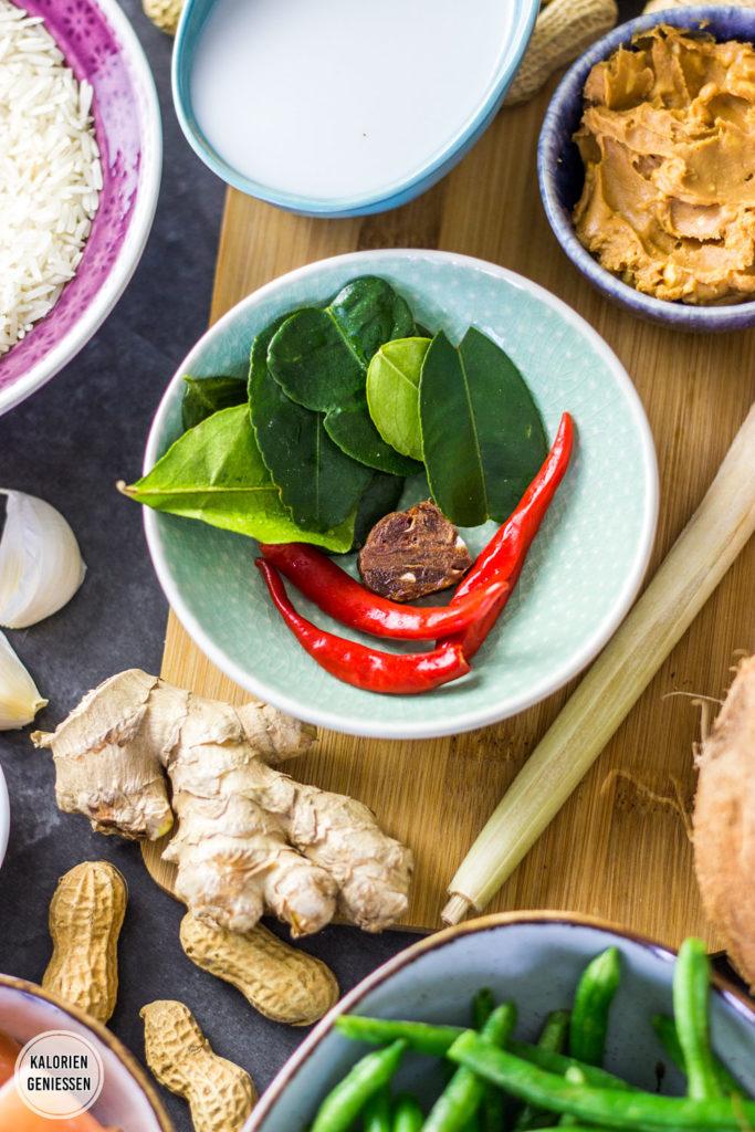 Kalorienarmes Thai Curry mit Hähnchen und grünen Bohnen. Schnell in maximal 20 Minuten gemacht und mit Panang Thai Curry Paste und Zitronengras Kaffernlimettenblättern eine echte Geschmacksexplosion. Die Sauce aus Kokosmilch und Erdnussbutter ist süßlich, cremig und leicht scharf. Für ein vegetarisches Thai Curry passen Sojaschnetzel besonders gut dazu. Gesundes und kalorienarmes Kochen. Einfache Rezepte zum Abnehmen. - kaloriengeniessen.de #curry #panang #thai #kokosmilch #hähnchen #reis #gesund #rot #kaloriengeniessen #rezeptezumabnehmen