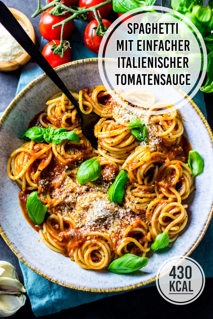 Bestes und einfaches Rezept für italienische Spaghetti mit Tomatensauce Napoli Pomodoro. Besser als das Fertiggericht und mit passierten Tomaten oder aus der Dose ganz schnell selber gemacht. Pro Portion nur 430 Kalorien mit Parmesan. Ohne Parmesan ist das Rezept für die Tomatensauce vegan. Auch für Kinder gut geeignet. Kalorienarme Rezepte zum Abnehmen. - kaloriengeniessen.de #tomatensauce #spaghetti #pasta #schnellundeinfach #kaloriengeniessen #rezeptezumabnehmen #raffiniert #günstig #preiswert