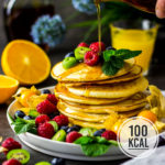 Super fluffige Buttermilch-Pfannkuchen mit Früchten (kalorienarm – Pancakes ohne Butter oder Öl)