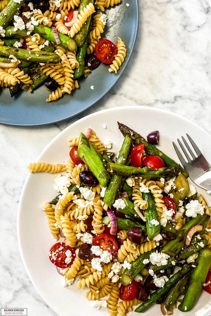 Einfaches und super schnelles Rezept für kalorienarmen Nudelsalat mit gebratenem grünen Spargel, Tomaten und Feta. Das mediterrane Balsamico-Dressing für den Spargel Salat schmeckt super lecker. Kalorienarm und gesund Kochen. Leckere Rezepte zum Abnehmen. kaloriengeniessen.de #nudelsalat #salat #grünerspargel #spargel #balsamico #mittagessen #mealprep #feta #oliven #schnellundeinfach #kaloriengeniessen #rezeptezumabnehmen
