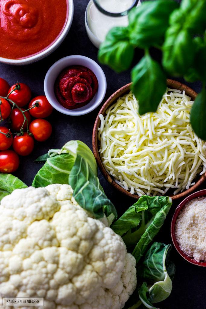 Vegetarisches Rezept für kalorienarmen Auflauf mit Blumenkohl, Tomaten und Mozzarella. Mit wenigen Zutaten wird aus Blumenkohl, viel Käse und Tomaten ein leckerer Auflauf, der auch Kindern schmeckt. Blumenkohl Auflauf Rezept ohne Fleisch - kalorienarm ohne Sahne und mit viel Käse. Pro Portion unter 500 Kalorien. Sehr viel Protein und kalorienarm. kaloriengeniessen.de #auflauf #blumenkohl #tomaten #mozzarella #ohnesahne #gesund #kalorienarm #vegetarisch #parmesan #einfach #schnellundeinfach #kaloriengeniessen #rezeptezumabnehmen