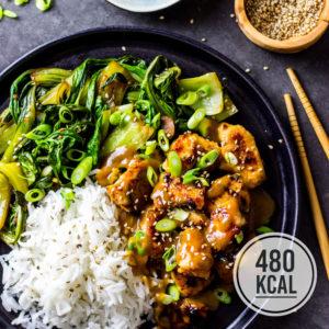 Miso-Hähnchen ist japanisch glasiertes Fleisch aus einer Marinade aus Miso, Sake, Mirin, Ingwer und Zucker (oder Honig). Saftig, umami und karamellisiert passt das zarte Hähnchenbrustfilet gut zum fein gewürzten Pak Choi und dem duftenden Reis. Ein gesundes asiatisches Rezept mit Hähnchen, Reis und Blattgemüse. Einfaches und kalorienarmes Rezept. Gesundes und kalorienarmes Kochen. Schnelle Rezepte zum Abnehmen. - kaloriengeniessen.de #miso #mirin #sake #hähnchen #schnellundeinfach #kaloriengeniessen #rezeptezumabnehmen #japanisch #pakchoi