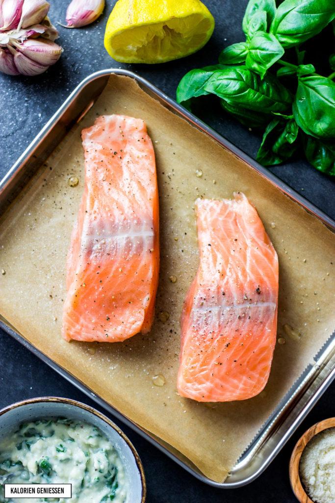 Leckerer Lachs oder fettarmer Wildlachs mit einer Kruste aus Mayonnaise, Parmesan und frischen Kräutern. Super saftig, aromatisch und leicht vorzubereiten. Zum Lachs passt ein frischer grüner Salat. Einfache Zubereitung und großer Geschmack. Rezept mit Lachs, Parmesan und Mayonnaise. Einfaches und kalorienarmes Rezept. Gesundes und kalorienarmes Kochen. Schnelle Rezepte zum Abnehmen. - kaloriengeniessen.de #lachs #salmon #parmesan #käse #mayonnaise #kaloriengeniessen #rezeptezumabnehmen #kräuter #salat #schnellundeinfach