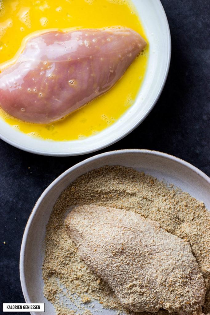 Saltimbocca alla romana mit Hähnchen und geschmolzenem Mozzarella. Als Beilage gibt es saftiges und lecker gewürztes Spinatgemüse. Die Zubereitung ist einfach und schnell. Rezept für kalorienarme Saltimbocca mit Hähnchen. Low Carb und nur 10 g Kohlenhydrate pro Portion. Einfaches und kalorienarmes Rezept. Gesundes und kalorienarmes Kochen. Schnelle Rezepte zum Abnehmen. - kaloriengeniessen.de #saltimbocca #hähnchen #mozzarella #schinken #salbei #kaloriengeniessen #rezeptezumabnehmen #spinat #beilage #sauce #schnellundeinfach