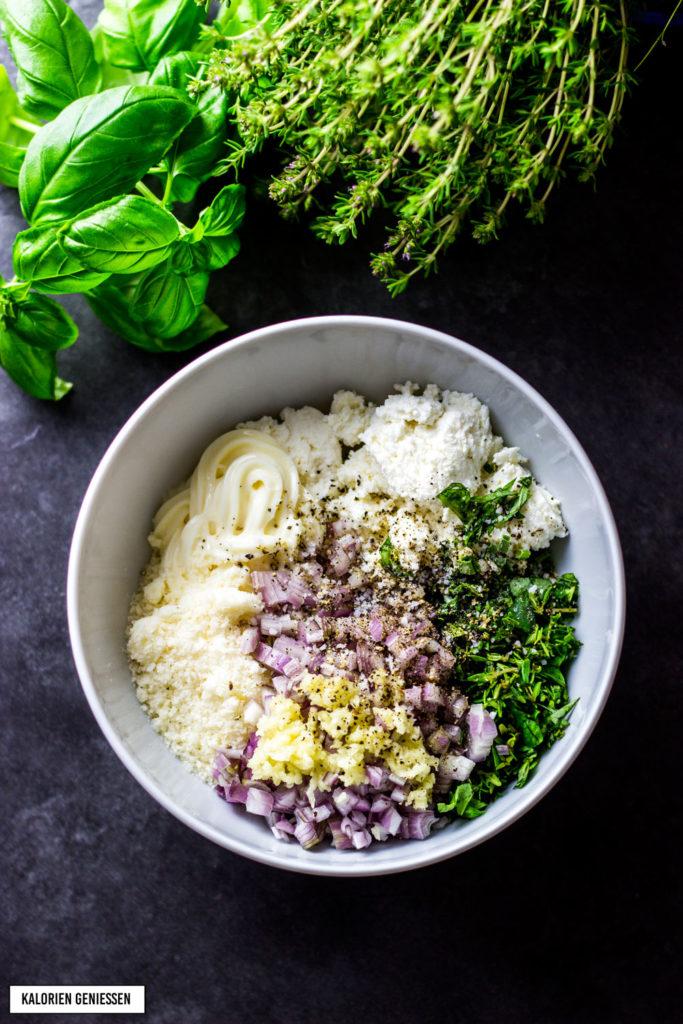Kalorienarme Tarte Quiche Quark-Öl-Teig Rezept mit leichter Tomaten Ricotta-Füllung ohne Blätterteig. Passt gut zum Brunch und lässt sich einfach vorbereiten. Tomaten entwässern, damit der Geschmack intensiver wird. Tarte ohne Blätterteig. Pro Stück nur 240 Kalorien. Einfaches und kalorienarmes Rezept. Gesundes und kalorienarmes Kochen. Einfache Rezepte zum Abnehmen. - kaloriengeniessen.de #tarte #quiche #tomaten #ricotta #thymian #kaloriengeniessen #rezeptezumabnehmen #brunch