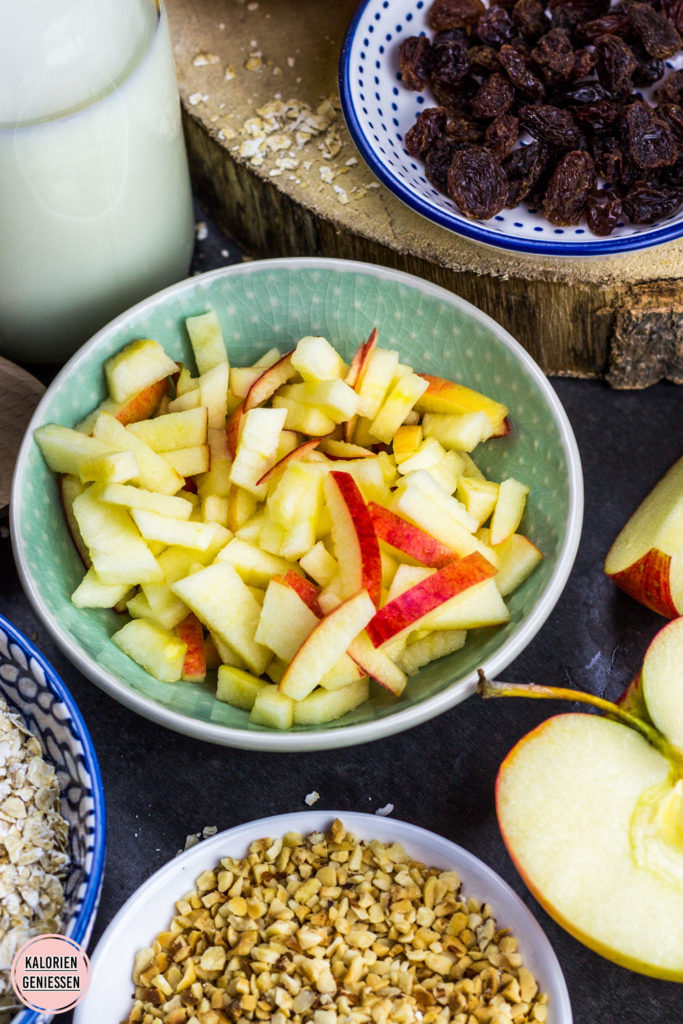 Gesundes Bircher Müsli Overnight Oats mit gerösteten Haselnüssen, süßen Rosinen und knackigem Apfel. Einfach über Nacht ziehen lassen und sich am nächsten Morgen über ein leckeres Frühstück freuen. Overnight Oats Bircher Müsli Kalorien nur 330 kcal. Kalorienarmes Frühstück. Gesundes und kalorienarmes Kochen. Schnelle und einfache Rezepte zum Abnehmen. - kaloriengeniessen.de #overnightoats #ono #birchermuesli #kalorienarmerezepte #kaloriengeniessen #rezeptezumabnehmen