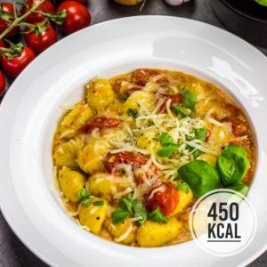 Gnocchi mit geschmolzenen Tomaten und Emmentaler. Aromatisch und so saftig! Mit figurfreundlichen 450 kcal. Kalorienarmes Mittagessen. Kalorienarmes Abendessen. Gesundes und kalorienarmes Kochen. Schnelle und einfache Rezepte zum Abnehmen. - kaloriengeniessen.de #gnocchi #käse #tomaten #saftig #einfachundschnell #kalorienarmerezepte #kaloriengeniessen #rezeptezumabnehmen