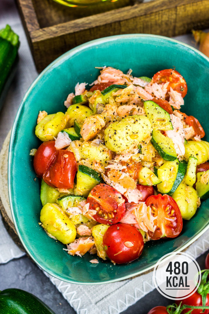 Deftig würzige Gnocchipfanne mit viel mediterranem Tomaten Zucchini Gemüse und rauchigem Stremellachs. Saftig und super einfach gemacht. Eine Portion Gnocchipfanne mit Stremellachs hat 480 Kalorien. Kalorienarmes Mittagessen. Gesundes und kalorienarmes Kochen. Schnelle und einfache Rezepte zum Abnehmen. - kaloriengeniessen.de #gnocchi #gnocchipfanne #tomaten #zucchini #stremellachs #lachs #vegetarisch #gesund #kalorienarmerezepte #kaloriengeniessen #rezeptezumabnehmen