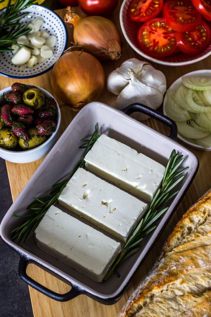 Schafskäsepfännchen mediterran - Gebackener Feta aus dem Ofen mit Tomaten und Oliven. Einfaches und kalorienarmes Rezept für gebackenen Feta für 290 Kalorien pro Portion. Kalorienarmes Essen. Gesundes und kalorienarmes Kochen. Schnelle und einfache Rezepte zum Abnehmen. - kaloriengeniessen.de #feta #ofenrezept #lowcarb #tomaten #oliven #vegetarisch #gesund #griechisch #kalorienarmerezepte #kaloriengeniessen #rezeptezumabnehmen