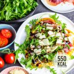 Selbstgemachte und kalorienarme Rucola-Schinken-Pizza mit Parmesan und Balsamico