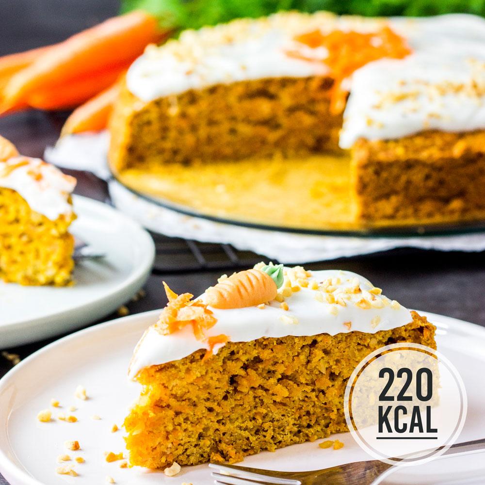 Saftiger Karottenkuchen mit Nüssen und Frischkäse-Frosting - kalorienarm, wenig Zucker und vegan. Lockere und klebrige Konsistenz, super einfaches Möhrenkuchen-Rezept. Kalorienarm und gesund backen. Leckere Rezepte zum Abnehmen. kaloriengeniessen.de #möhrenkuchen #carrotcake #cake #süß #dessert #frühstück #snack #rüblitorte #schnellundeinfach #kaloriengeniessen #rezeptezumabnehmen
