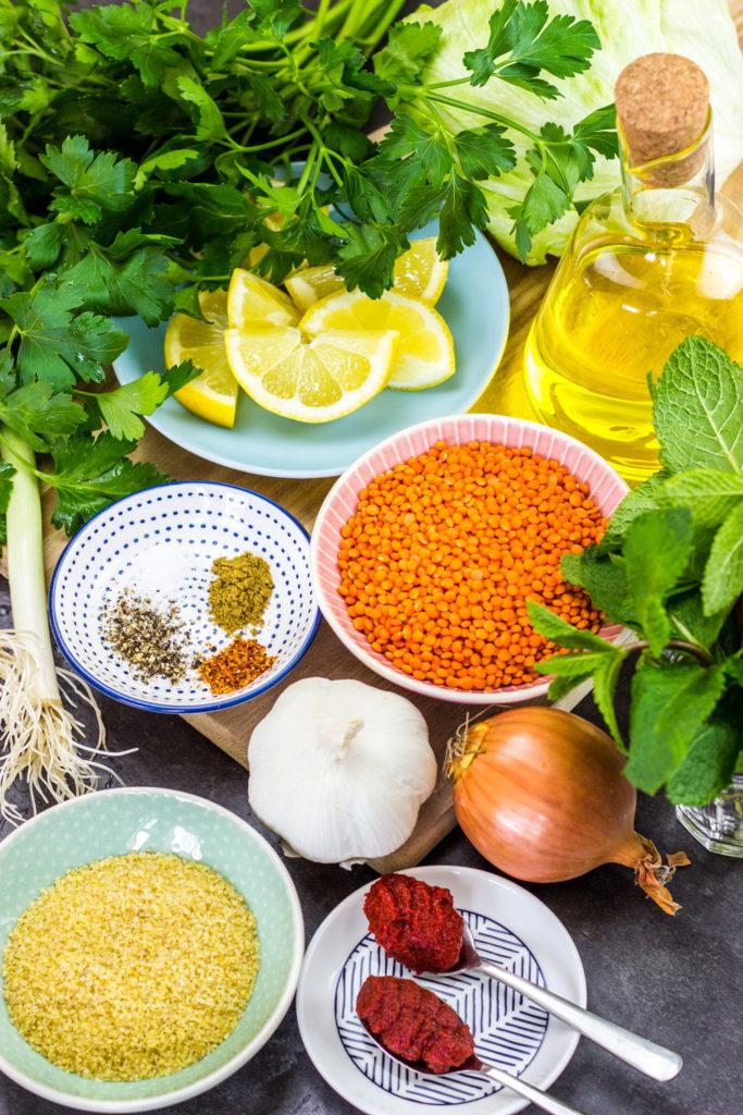 Vegane Linsen-Bällchen türkische Vorspeise Mercimek Köftesi -kalorienarm, fettarm und gesund. Einfach mit Zitronensaft in ein Salatblatt wickeln und essen. Kalorienarmes Essen. Gesundes und kalorienarmes Kochen. Schnelle und einfache Rezepte zum Abnehmen. - kaloriengeniessen.de #linsen #vegan #mercimek #köftesi #bulgur #meze #gesund #türkischerezepte #kalorienarmerezepte #kaloriengeniessen #rezeptezumabnehmen