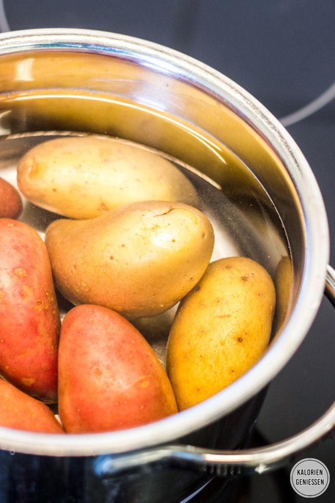 Kalorienarmer Spargel aus dem Ofen mit Kartoffeln und Schinken. Aromatische Zubereitung im Bratschlauch ohne Geschmacksverlust. Einfach und lecker. Gesundes und kalorienarmes Kochen. Schnelle und einfache Rezepte zum Abnehmen. - kaloriengeniessen.de #spargel #einfach #ofenspargel #ausdemofen #kartoffeln #kalorienarm #gesund #spargelzeit #kalorienarmerezepte #kaloriengeniessen #rezeptezumabnehmen