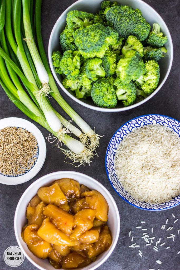 Kalorienarmes Rezept für Chicken Teriyaki - Hühnchen mit Sojasauce glasiert mit Brokkoli und Reis. Wenig Zutaten. Pro Portion nur 450 Kalorien. Fettarm und gesund. Gesundes und kalorienarmes Kochen. Schnelle und einfache Rezepte zum Abnehmen. - kaloriengeniessen.de #chicken #hühnchen #asiatisch #teriyaki #machtsatt #mittagessen #abendessen #eiweiss # reis #brokkoli #kalorienarm #gesund #kalorienarmerezepte #kaloriengeniessen #rezeptezumabnehmen