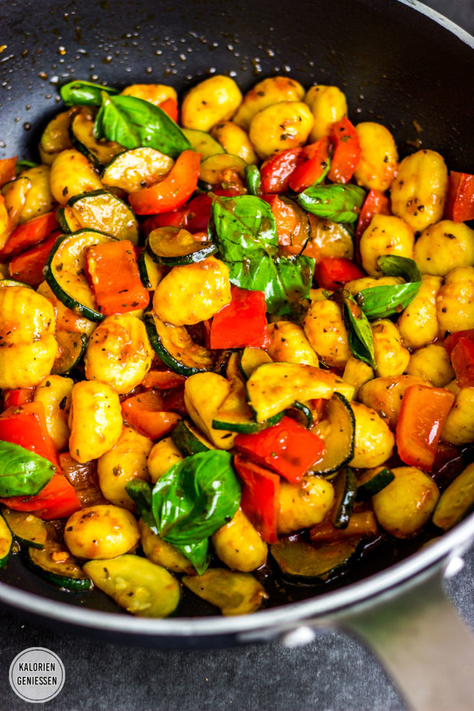 Sehr leckerer und einfacher Gnocchi-Salat mit viel Gemüse (Zucchini und Paprika) und einer würzigen Vinaigrette mit Olivenöl, Weißweinessig und Tomatenmark. Schnelle Gnocchi-Pfanne mit Gemüse zum Mittag - vegetarisch, kalorienarm und schnell gemacht Gesundes und kalorienarmes Kochen. Schnelle und einfache Rezepte zum Abnehmen. - kaloriengeniessen.de #gnocchi #gnocchisalat #Gnocchipfanne #Gemüse #Paprika #Zucchini #sommer #Basilikum # Pasta #Salat #kalorienarm #gesund #kalorienarmerezepte #kaloriengeniessen #rezeptezumabnehmen