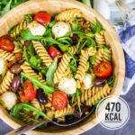 Leichter italienischer Nudelsalat mit Pesto, Rucola und Mozzarella (vegetarisch und perfekt zum Grillen)