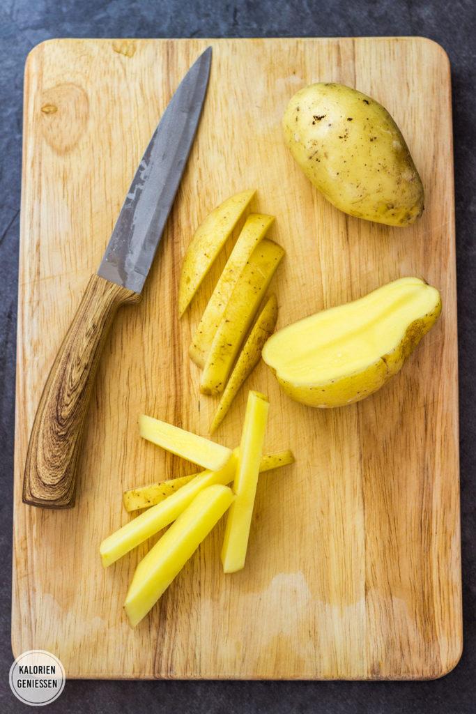 So werden Ofenpommes, Ofenkartoffeln und Wedges auch ohne Öl im Backofen super knusprig! Mit Natron werden die Pommes außen kross und innen cremig weich. Selbstgemacht Pommes im Backofen machen! Gesundes und kalorienarmes Kochen. Schnelle Rezepte zum Abnehmen. - kaloriengeniessen.de #pommes #frites #wedges #schnellundeinfach #kaloriengeniessen #rezeptezumabnehmen #knusprig #backofen #kalorienarm