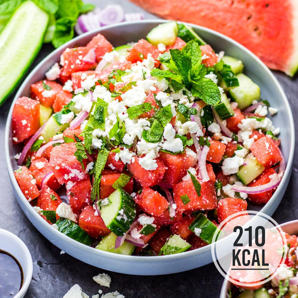 Erfrischender und schnell gemachter Wassermelonen-Feta-Schäfskäse-Salat mit Balsamico-Dressing. Zum Rezept für den Wassermelonensalat passt nicht nur Gurke und Minze, sondern auch Avocado, Nüsse und Kerne, Mozzarella und Tomaten. Gesundes und kalorienarmes Kochen. Schnelle und einfache Rezepte zum Abnehmen. - kaloriengeniessen.de #salat #wassermelone #feta #schnellundeinfach #kaloriengeniessen #rezeptezumabnehmen #minze #gurke #dressing #sommersalat
